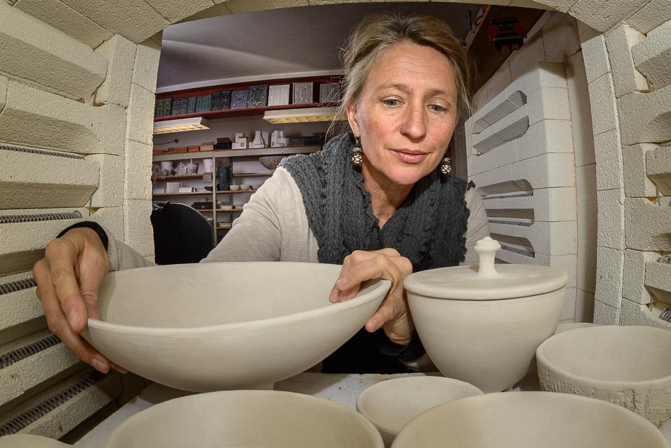Portrait Judith Smetana aus dem Inneren eines Keramikofens in Iihrer Werkstatt für Keramik in Lengenwang